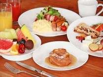 人気の朝食バイキング。ホテル自慢の逸品は「車麩のフレンチトースト」です。