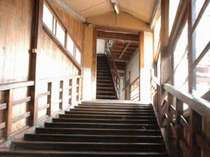 【階段】土蔵と木造3階建ての4棟の高楼で当館は構成されています。守り継がれた明治の建築美をご覧下さい