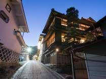 *夜の外観/白壁の土蔵と趣きある建築