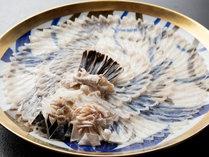 *【大皿ふく刺し】有田焼の大皿に菊花のように盛り付けられた見目も楽しいふく刺しです。
