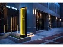 エントランスライティングにもこだわった新しいホテルサインが目印