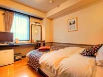 【シングルルーム】 ベッドはセミダブルです。大の字になって寛ぎましょう!
