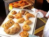 朝食の名物≪焼きたてパン≫は毎朝皆さまの目の前で焼いています♪
