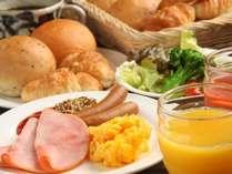 朝食の人気メニュー「目の前で焼く焼き立てパン」は大人にも子供にも人気!