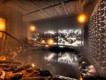 温泉大浴場〝ゆくら〟【冬の壱の湯露天風呂】瓦から流れる温泉と雪景色