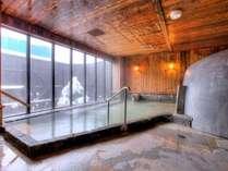 温泉大浴場〝ゆくら〟【弐の湯の雪景色】下を見てみると一面の雪景色が・・・!