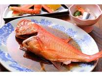 伊豆の人気の特産「金目鯛」を丸ごと煮付けた姿煮。
