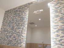 館内施設 バリアフリートイレの鏡 ※1階ロビー