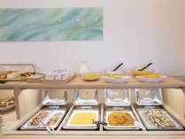 朝食 大型のブッフェ台を完備し、豊富なメニューをご提供