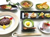 夕食コース例飛騨牛のステーキや地元の旬の食材を使ったお料理の数々です。