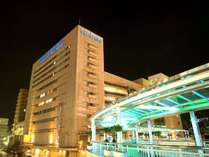ホテル外観(夜景)と豊田市駅との連絡橋