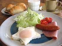 手作りパン(毎朝焼いています!)の朝食は500円!卵はニセコ産のこだわり卵を使用。おにぎりも付きます