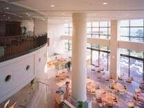 ■本館1階 テラスレストラン「サントロぺ」ご朝食から夕食までブッフェメニューをご用意。
