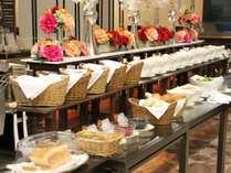 ■大人気の朝食バイキングで朝から元気に♪焼きたてのパンや地元の食材もりだくさん!