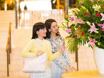 """白いロビーに映える鮮やかな季節の花々。花一輪からの""""おもてなし"""""""