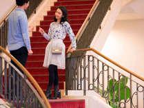 ロビー横の赤い階段は披露宴の時に利用しております。二人の未来の【予行演習】はいかがでしょうか?
