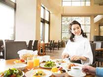 「夜も朝も料理が美味しいね♪」美味しい料理を前に、朝から会話が弾む♪