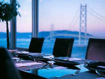 『ダイニング&バー キーウエスト』大きな窓から明石海峡大橋と瀬戸内を眺める最上階からの美景