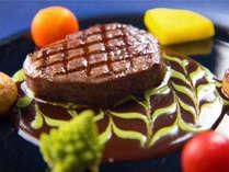 """美味しさを""""内側に閉じ込める""""ように焼いた、牛フィレ肉のステーキ"""
