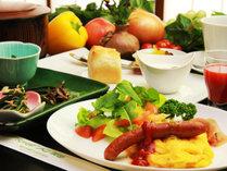 ◆【ご朝食一例】旬の新鮮野菜のサラダをはじめとして和と洋をバランスよくおりまぜた朝食