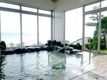 *湖のすぐそばの温泉浴場です。温泉に浸かりながらの湖の景色をご覧いただけます。