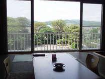 国道側のお部屋からの眺めです。残念ながら、湖は見えません・・・。