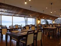 新しくなったレストランで、美味しい料理をお召し上がりください。