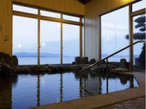 湖のすぐそばの温泉浴場です。温泉に浸かりながらの湖の景色をご覧いただけます。