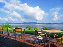 【レストランRivage】では宍道湖をゆったり眺めながら美味しい食事をお楽しみいただけます。