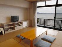 和モダンのレイクビューのお部屋の写真です。
