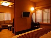 【貴賓室】寝室には専用のテレビも。間仕切りで個室にすることもできます。