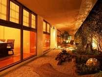 旬熹楽料亭 ライトアップされた光の庭園を眺めながらお食事をお楽しみくださいませ。