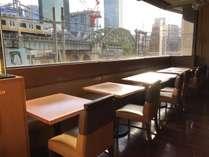 窓側の席なら電車を見ながら食べられますよ♪ お子様にも人気のお席です(朝は自由席)