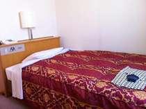 新館のベッドです。セミダブルサイズをご用意しております。120cm×197cmとゆったりサイズ。