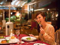 店内はシックな空間が広がり、落ち着いた雰囲気の中でお食事をお楽しみたいだけます