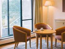 84平米という広々とした客室は明るい色調でまとめられた落ち着いた雰囲気。