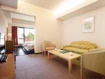 限定2室のラグジュアリー感あふれるツインルーム、調度品も通常ルームよりワンランク上をご用意。