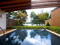 露天風呂は、見上げるたびに息を飲むほどの「満天の星空」をそばに、贅沢な湯浴みをお愉しみ頂けます。