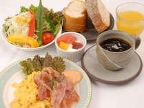 【洋朝食付】朝はサクサクパンとフレッシュサラダ▼笠間焼の器で楽しむ│ワンプレート朝ごはん