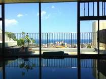 海と街を見下ろす大浴場