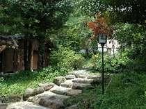 宿から露天風呂に続く道。もみじや白樺に囲まれた雰囲気のある道。