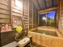 *【貸切風呂】うぐいすの脱衣所。エアコン完備の畳の部屋でご入浴準備が可能です。シャンプーなども完備!