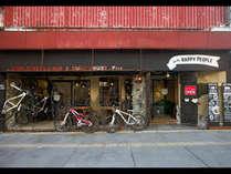 正面玄関。レンタル自転車にテラス席も