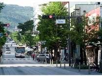 お店前から善光寺までの風景(徒歩7分)。長野市のゲストハウス「Pise(ピセ)」