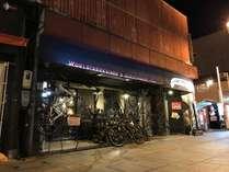 アウトドア好きのオーナー自慢のマウンテンバイクが目印!夜の外観です。