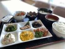 【朝食】数量限定の和定食は品数も充実。日替わりで内容が変わります。