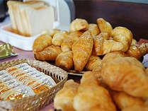 毎朝おいしいパンとコーヒーを無料でサービスしております。
