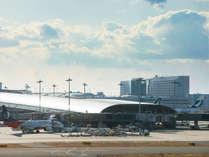 関空展望ホール「Sky View」から見たホテル日航関西空港と第1ターミナルビル