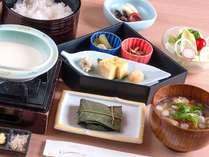 """こだわりの朝食:和定食""""国産豆乳の手作り豆腐""""""""地元の味噌ブレンドと野菜盛りだくさんのお味噌汁""""など"""