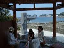 円月島を眺めながらの足湯(徒歩1分)